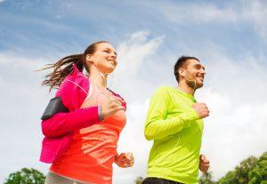 Hábitos Saludables: pareja practicando deporte.